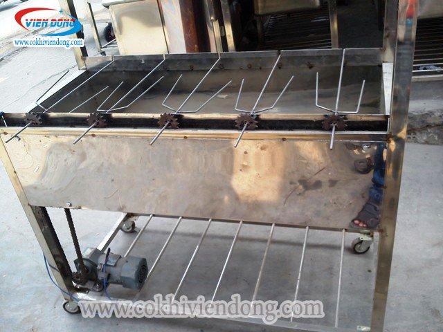 Máy quay vịt bằng than ngoài trời