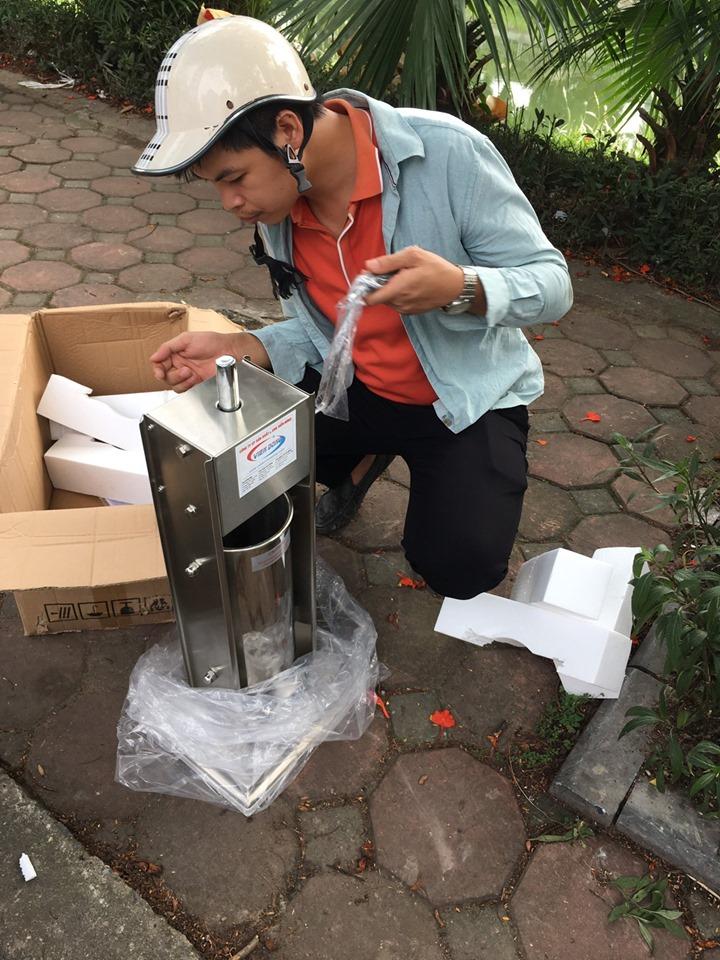giao hàng máy làm xúc xích TV5 đến Nguyễn Khang
